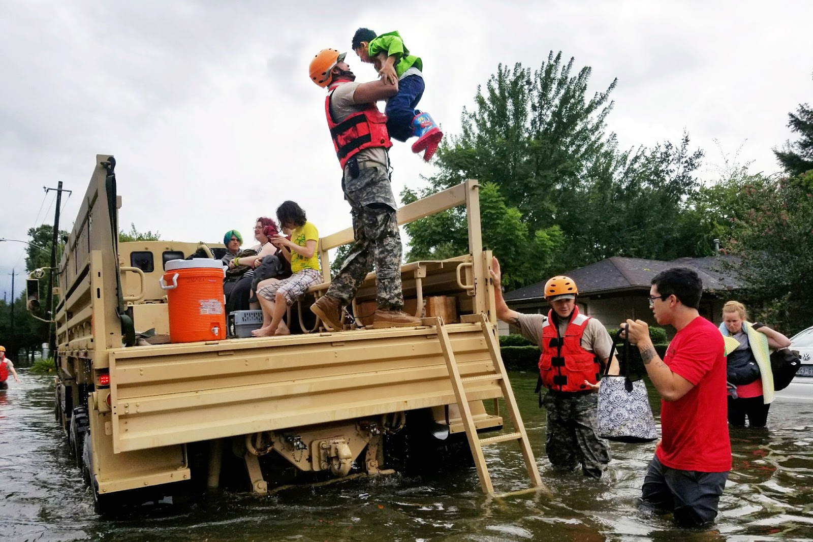 disaster-texas-harvey-rescuers